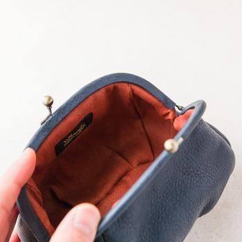 内側もシックな色合いで大人っぽい。がま口の金具部分までレザーが使われているもの特徴です。