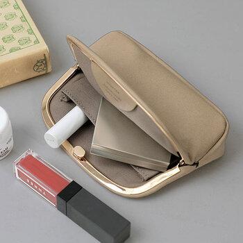 柔らかな姫路レザーが使われたがま口ポーチです。大きく口が開き、内側にはポケットもついていて使いやすい。