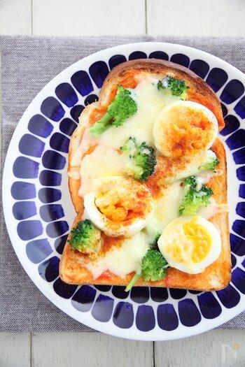ピザソースを使わず作るピザトースト。ブロッコリーをのせて彩り良く。