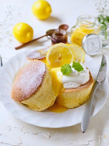 ふわふわの厚焼きスフレパンケーキに、爽やかレモンソースをかけて。フレッシュなレモンの酸味と、パンケーキのふわふわ食感を楽しめます。