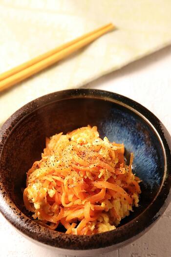 冷蔵庫にいつもストックしてあるニンジンと卵で作れるニンジンしりしり。沖縄の郷土料理でツナを加えて作るレシピも多いですが、こちらは、ニンジンと卵だけのシンプルなレシピになっています。彩りもいいのでお弁当用に多めに作り置きしておいてはいかがでしょう。