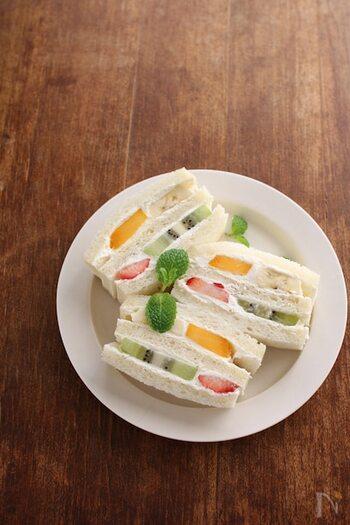 いちご、マンゴー、キウイの赤・黄・緑の3色の果物が入ったフルーツサンド。彩りも味も良し、お腹も満足です。