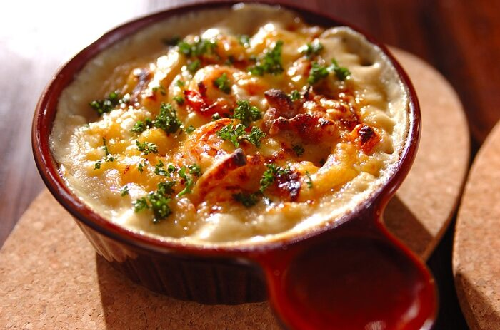 鶏もも肉とエビが入った、ごくごくオーソドックスな定番のマカロニグラタンです。昭和のあこがれの味を家庭で再現できます。