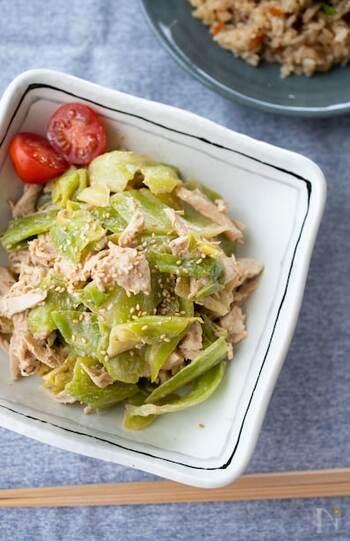 キャベツと鶏胸肉、長ネギを、豆板醤や砂糖、練り胡麻などで作る中華風のごまだれでいただく、ボリュームも◎の満足サラダ。練りごまの濃厚なタレの中に感じる豆板醤のピリッとした辛さがヤミツキになりそう。豆板醤は好みで調整できるのも嬉しいポイントです。