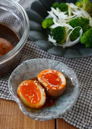 卵と甜麺醤、オイスターソースとラー油で作る、ピリ辛の半熟卵。濃いめのしっかりとした味付けなので、薬味や香味野菜などを添えれば、お酒のおつまみに最適。辛いのが苦手な方はラー油の代わりにごま油を使って作るのも◎。