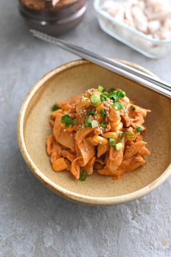 細かく裂いたサラダチキンとコーンの缶詰を、コチュジャン、マヨネーズ、ごま油などで作るピリ辛な韓国風ダレににからめていただく、しっとりサラダ。ピリ辛の中に、コーンの甘みやコチュジャンの甘みとコクを感じ、ご飯のおともやおつまみにピッタリのサラダです。