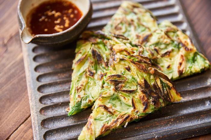 日本でも人気のある韓国風のお好み焼きの「チヂミ」。こちらのねぎチヂミのレシピは、わけぎや万能ねぎなど好みのねぎと、薄力粉、片栗粉、卵で簡単にチヂミを作れます。タレはコチュジャン、醤油、酢、白いりごまで美味しく香ばしいタレに。軽めのランチや、家飲みのおつまみに良さそう。