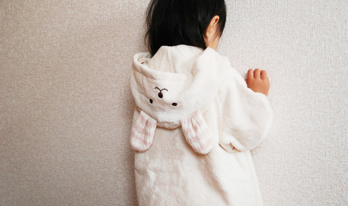 可愛いうさぎのフードがついたお風呂ポンチョです。お風呂上りにさっと着せておけば、ママが体を拭く間に赤ちゃんが寒くなってしまうことはありません。両面パイル生地で、吸水性も抜群。