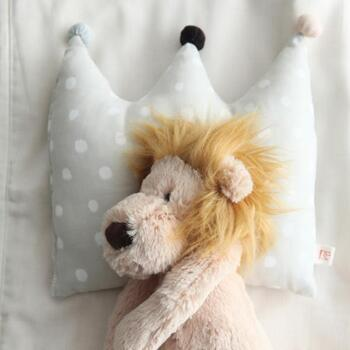 やわらかなガーゼをメインにした天然素材を使う、テキスタイルデザイナー伊藤尚美さんのブランド「NAOMI ITO(ナオミイトウ)」。  ベビー服のほか、こちらのような「王冠まくら」など、赤ちゃんのとっておきの一日を演出してくれるアイテムが揃っています。