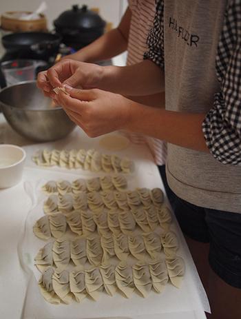 ベーシックな餃子の包み方はとても簡単なので、子供でも何個か作ると、上手に包めるようになります。家族全員がお腹いっぱい食べられるようにたっぷり用意するために、子供たちにも包むお手伝いをお願いしてみると楽しいひとときが過ごせそうです。