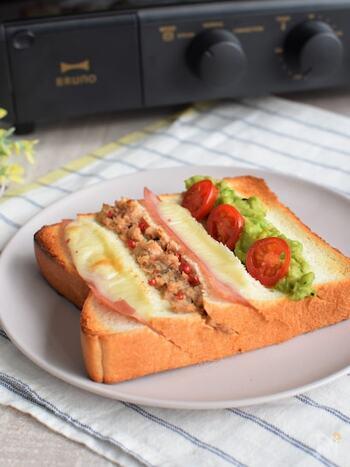 斜めに淹れた切りこみにたくさんの具材を挟んだサンドイッチみたいなトースト。ベーコンやチーズなどのスライス状のものや、ペースト状の具材を使うとうまく挟めます。具材たっぷりで栄養もばっちり。