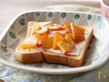 キャラメルりんごを作って、焼いたトーストにのせて頂くレシピ。パンに塗ったクリームチーズと甘いリンゴが相性バッチリです。シナモンをかけたらアップルパイ風にアレンジもできますね。