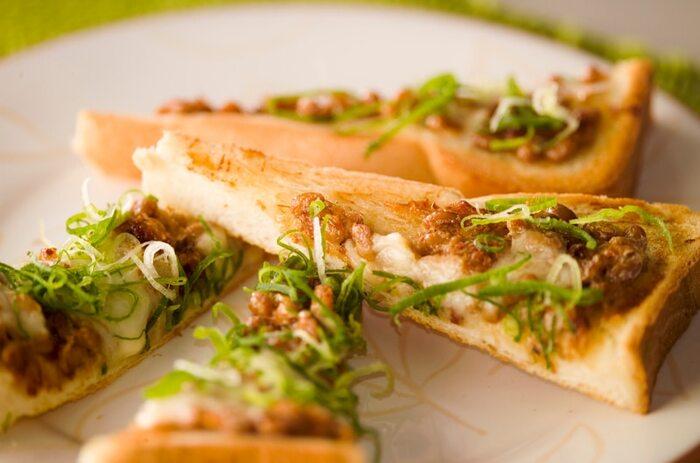 納豆を食パンにのっけた和洋コラボのトーストです。マヨネーズやチーズが加わって納豆が苦手な人でも食べられるかも?七味やネギが効いてお酒にもあいそう。カットしておつまみサイズにするのもおすすめです。
