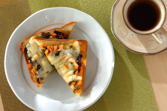 こちらはワカメとキムチののせた韓国風アレンジのトースト。ピリ辛のキムチはマヨネーズとチーズでマイルドに食べられます。また、ワカメとの食感の違いも楽しめますね。キムチが余っている時にもおすすめですよ。