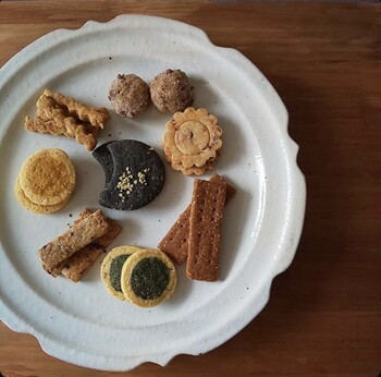 かわいくて、まるで宝石のようなキラキラした焼き菓子を販売する「キセツノネイロ」。身体にすーっと入る粉と甘さとコクのある油でできたクッキーは、ひとくち食べただけで幸福な気持ちになります。