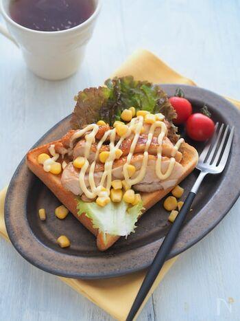 昨夜の照り焼きチキンがあまったら、トーストにのせてランチにしてみてはいかが?レタスやコーンなどのフレッシュ野菜と一緒に食べればサンドイッチ風になりますよ。ボリュームも満点でお腹も大満足です。