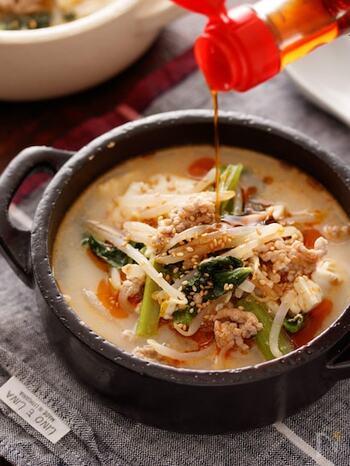 もやし、小松菜、豆腐、豚ひき肉に、ニンニク、ショウガ、豆板醤などの調味料で作るスープ。麺はもやしを麺に見立て、さらに豆腐を入れることでボリュームもアップし、食べ応えもしっかりあります。レシピにある以外の冷蔵庫にある野菜を入れても美味しくいただけるので、節約や冷蔵庫のお掃除レシピとしても覚えておくと重宝しそう。