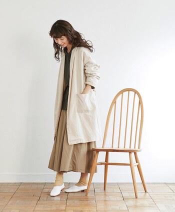 ガウンコートは、「ゆったりした衣装」というラテン語が語源の、部屋着に使われるような長い上着のことを指します。ラフでゆるっとした雰囲気が可愛らしく、着心地も楽なのでちょっとしたお出かけなどでも羽織ったり、たくさんリピートしたくなる春アウターです。