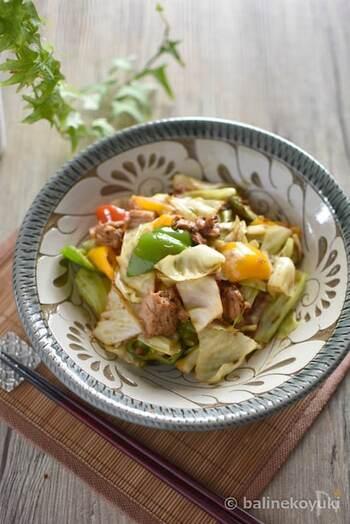 甜麺醤を使う料理で真っ先に思い浮かべる方も多い回鍋肉。こちらは豚肉の代わりにツナ缶を使い、野菜もキャベツだけでなく、ピーマン、赤・黄パプリカ、白ネギが入った、見た目もカラフルな回鍋肉です。美味しく作るポイントはツナ缶を選ぶ際、ブロック状のものを選ぶと美味しく食べ応えのある仕上がりになります。