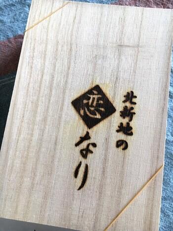 大阪・北新地で地元の方から、手土産として長く親しまれている「寛龍(かんりゅう)」のいなり寿司。北新地の高級クラブやバーなどが入るビルの一角に位置する高級感漂うお店です。