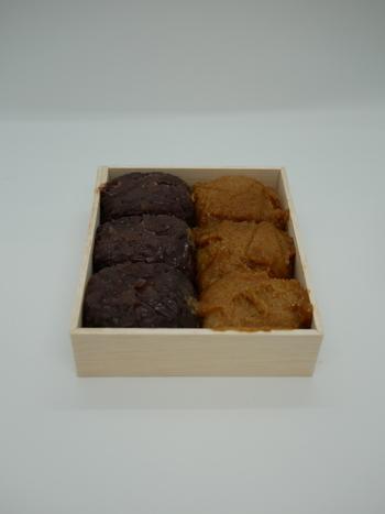 大阪・日本橋駅近くにある、創業100年を超える老舗おはぎ専門店「玉製家 (ぎょくせいや)」。メニューはきな粉・こしあん・粒あんの3種類のみ。きな粉は、サクサクで風味がよく一番人気、あんこはしっとりふんわり上品な甘さで、どれももち米と相性が良く、注文を受けてから作って箱に詰めてくれるので、より美味しく味わえます。