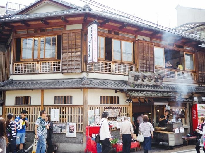 多くの観光客で賑わう京都・伏見稲荷に位置する、「祢ざめ家 (ねざめや)」は、創業1540年の老舗料理屋。店名の「祢」は、豊臣秀吉の正室の名前であった「祢(ねね)」から授かったものであると言われています。