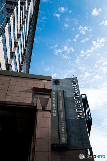 東京・恵比寿にある東京都写真美術館。1995年に総合開館した、写真と映像専門の公立美術館です。  2020年3月3日から予定されていた「日本初期写真史 関東編」と「写真とファッション」という2つの展覧会について、YouTube上で解説つき展示が公開されています。