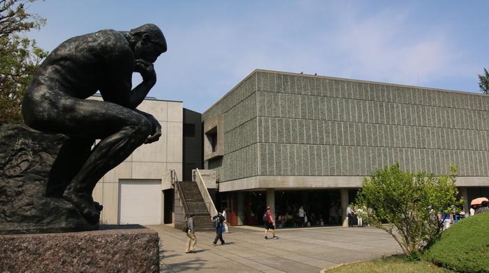 こちらも、トーハクと同じく上野公園に位置する国立西洋美術館。2016年に世界文化遺産に登録された美術館で、ル・コルビュジエの設計ということでも知られています。  松方幸次郎氏のコレクション(松方コレクション)を基に中世から20世紀初頭までの西洋絵画・彫刻などが集められています。コレクションを楽しめる常設展、世界遺産の美術館の魅力も相まって、圧倒的高い人気を誇ります。