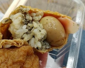 名物の「出世いなり」は、一口食べてびっくり!うずらの半熟卵が一つ登場します。海苔の入った酢飯と、とろ~りとこぼれ出る半熟卵の相性が抜群。一度食べたらクセになる、リピーター続出のいなり寿司です。