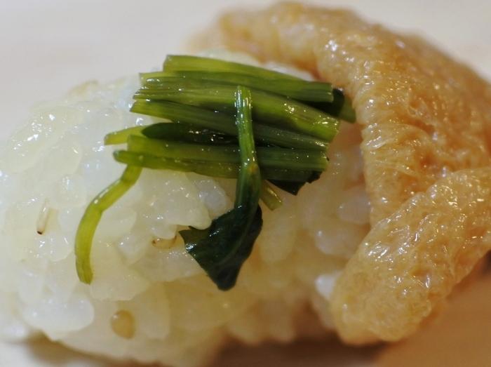上品ないなり寿司は、甘めのお味。中に入っている三つ葉がアクセントになり、シャリっとした食感と心地よい風味をプラスしてくれます。大人の贅沢なひと時を与えてくれる、まさに絶品です。