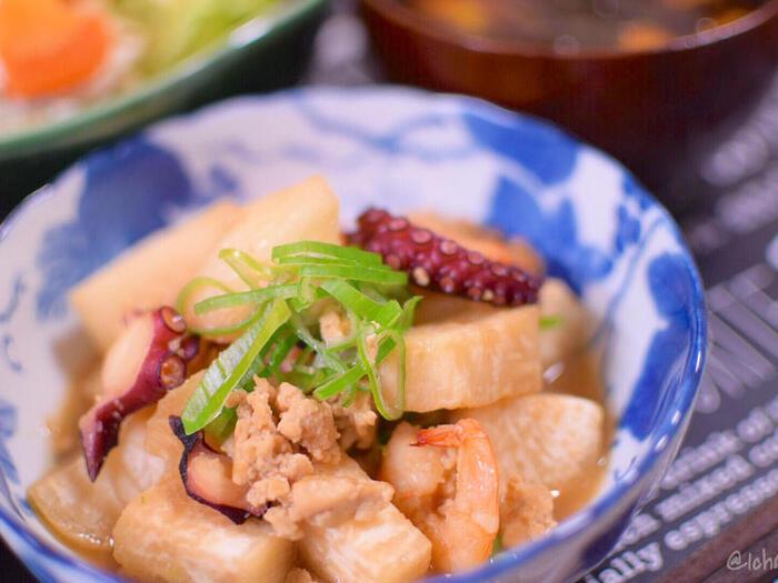 味が染みやすい冷凍大根の特性を活かして、海鮮の旨味たっぷりの煮物にしてみても。お豆腐そぼろも相まって、ヘルシーなのにボリュームたっぷりの一品になります。