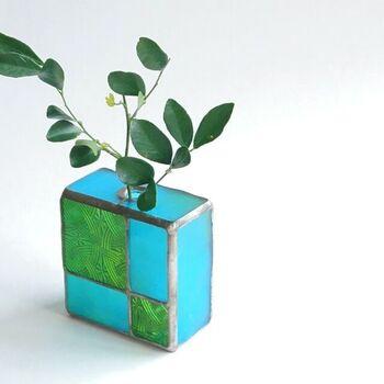 爽やかなブロックデザインの一輪挿しは、2トーンカラーのコラボレーションが魅力。中に小瓶を組み込み、そこに植物を挿します。シンプルなグリーンを飾ると◎窓辺に飾れば、太陽の光が透き通るように反射します。