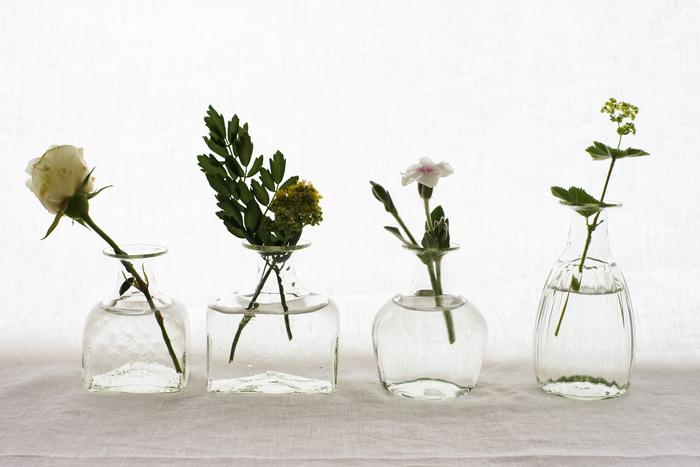 ぽってりとした形が可愛い「くるみガラスの一輪挿し」。胡桃の殻の灰をガラスの原料と混ぜた、ガラス工房 橙オリジナルの花瓶です。ほんのり淡い緑色の透明感が特徴。正方形・長方形・丸・長丸の4つの形があります。