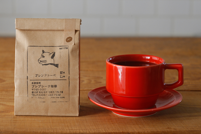 猫のイラストが可愛らしいパッケージ。香川県高松市にあるこだわりの自家焙煎コーヒー豆店のお豆です。中深煎りで、コクのある柔らかな口当たりが特徴。豆と粉、どちらでも購入可能できます。