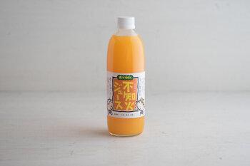 1本500mlの中になんと約2kg以上の生の果実を絞った無添加不知火(しらぬい)ジュース。 もちろん果汁ストレート100%です。皮を取り除き、手絞りしているから、まるで果実そのものを食べているよう。ホットで飲んでも美味しい。