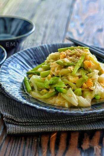 キャベツ×卵に、アスパラガス&ツナを加えてボリュームアップしたレシピ。お肉なしでも、食べ応えたっぷりです。アスパラガスの代わりにインゲンやブロッコリーを使ったり、きのこ類を加えたりしても美味しそう♪