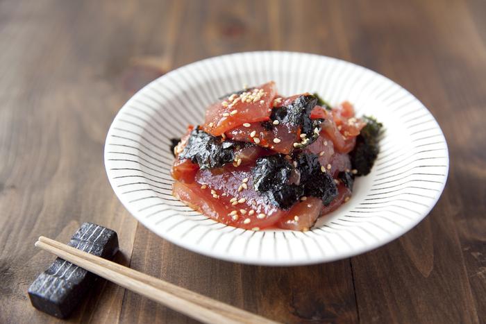 刺身用のまぐろの切り落としに、豆板醤や醤油、ごま油、いりごま、海苔で作る簡単で美味しいレシピ。切り落としのまぐろならそのまま使えて、海苔もちぎって加えるので、包丁も使わず、材料をあえるだけでOK!手早くピリ辛味がクセになりそうな、美味しいおつまみの完成です。ご飯とも相性バッチリなので、食べ過ぎに注意かも。