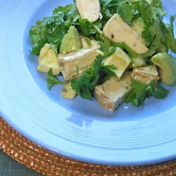 ダイエットに欠かせないサラダですが、カマンベールチーズやアボカドなどを入れることでコクや栄養が加わります。パクチーも爽やか。リッチな食べ応えで満足感もありますよ。