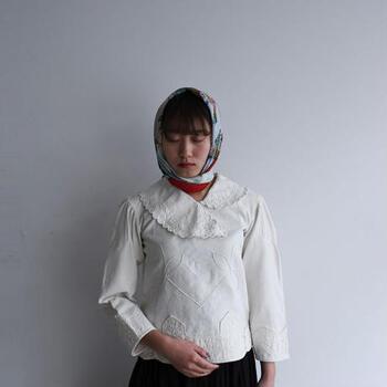 肩のタックや裾のデザインなど細やかな作り、さらには今から90年近く前のものにもかかわらずこの状態の良さには思わず感嘆のため息がもれるほど。末永く大切に着ていきたい一品です。