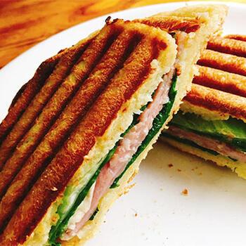 イングリッシュマフィンに、生ハムとカマンベールチーズを挟んでパニーニに。朝食やランチはもちろん、ピクニックの素敵なお弁当にもなりそうですね。