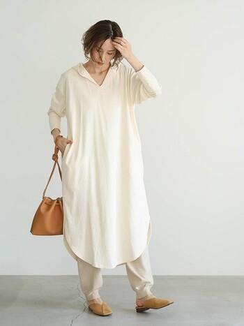一枚でラフに着れるロングワンピースは、ワンマイルウェアには持ってこいのアイテム。腕まくりしたときに袖口がとまるデザインなので、掃除や料理もしやすい点もいいですよね。見た目に優しいナチュラルカラーのリラックスコーデは、大人女子におすすめのスタイリングです。