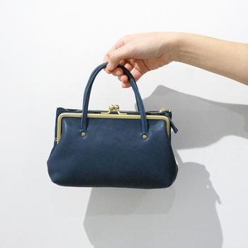 がま口仕様のバッグは、小銭をそのまま入れて財布としても利用ができるので、コンビニやスーパーなど、ちょっとしたお出かけのときに大活躍。どこかレトロな雰囲気で上品な革素材のバッグは、コーデをワンランク格上げしてくれるお助けアイテム。