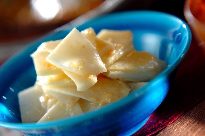 うどの料理といえば、真っ先に浮かぶのが酢味噌和えです。酢味噌和えにするときには、うどの繊維を断ち切るように薄く斜めに切っていくのが美味しく作るポイントです。歯触りが良くなります。生食で食べるときには、しっかりあく抜きしておくと、食べやすくなります。