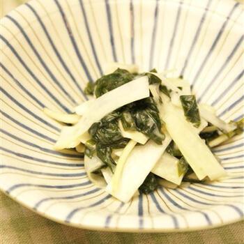 ぬたというのは、野菜や魚介類を酢味噌で和えたもののこと。白味噌を使って、上品な風味をつけています。うどを薄くスライスすると、やわらかなわかめともよく混ざります。箸休めにもぴったりのひと品ですね。