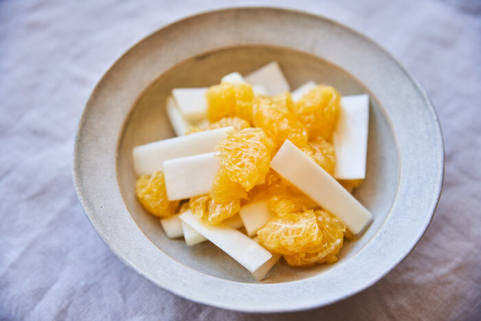 うどと甘夏を白ワインビネガーとオリーブオイルで和えるさっぱりとした洋風サラダです。甘夏は薄皮も剥いておくと、ジューシーな実をダイレクトに味わえます。うどは中の筋までしっかりと剥いておくと舌触りがよくなります。真っ白いうどと甘夏のオレンジの対比がさわやかですね。