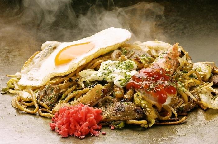 お好み焼以外のメニューも充実。「スペシャル焼きそば」はヨード卵の玉子麺に、有頭エビや豚バラ、イカなど具沢山で、食べ応えもバッチリです。