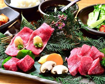 お肉は高級肉を45日以上熟成させたもの。こちらは土日祝限定で頂ける塩ロース・前ばらみぞれ焼き・特選カルビの「特選焼肉セット」。おいしい部位が厳選されているので、満足度も◎