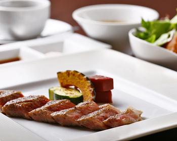 「ステーキランチ」には黒毛和牛のステーキの他、前菜・スープ・ライス・シャーベットがセットに。