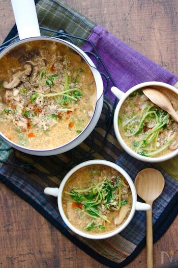 合挽き肉、しいたけ、豆苗で作る、コチュジャンベースのピリ辛味がクセになるユッケジャン風のスープ。シャキシャキと食感の良い豆苗が入り満足度もアップ。スープとしていただく他、ラーメンや素麺など麺類のスープとしても使えるので、覚えておくと色々とアレンジができそうで◎。