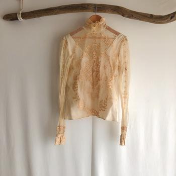 紐などを刺繍で布に縫い付けるコード刺繍という技法が全面に施されたブラウス。ネックラインも美しくクラシカルなブラウスです。サロペットやニットのインナーに着ても素敵です。